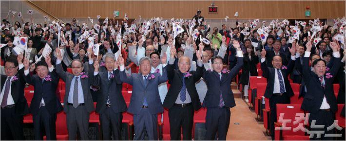 9일 대전시청에서 열린 572돌 한글날 경축식에서 참석자들이 만세삼창을 하고 있다. (사진=대전시 제공)