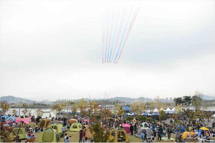 대한민국 공군 특수비행팀 '블랙이글스'의 초음속 항공기가 9일 한글날 기념 비행을 하고 있다. (사진=세종시 제공)