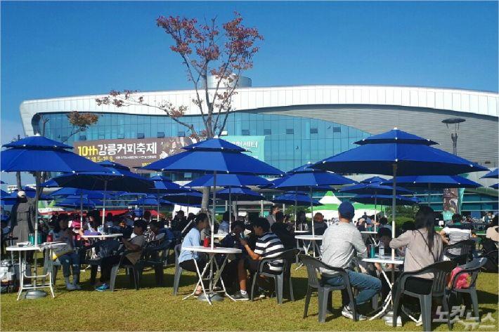 제10회 강릉커피축제를 찾은 방문객들이 텀블러에 담긴 커피를 마시고 있다. (사진=유선희 기자)