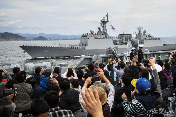 9일 제주 국제관함식 해상사열 리허설에 참가한 시민들이 함정을 향해 손을 흔들고 있다.(해군 제공)