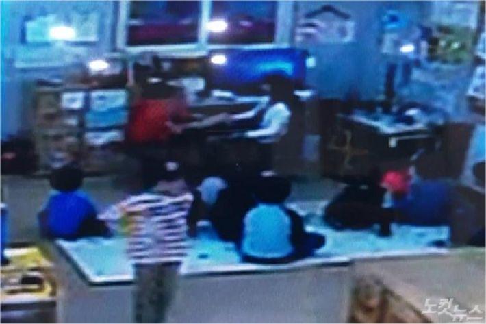 지난 5일 전북 완주의 한 유치원에서 교사 A씨가 원생을 발로 밀치고 있다. (사진=독자 제공 영상 캡처)