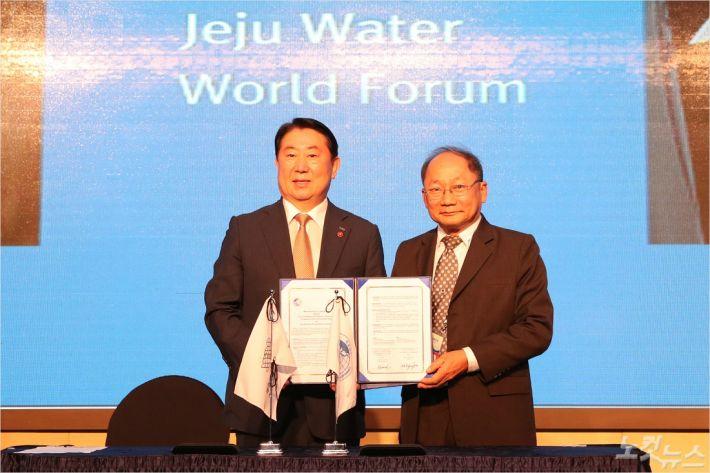 10일 제주개발공사 사장과 아딧찻 수린쿰 아시아지질자원위원회 사무총장이 업무협약을 체결했다. (사진=제주개발공사 제공)