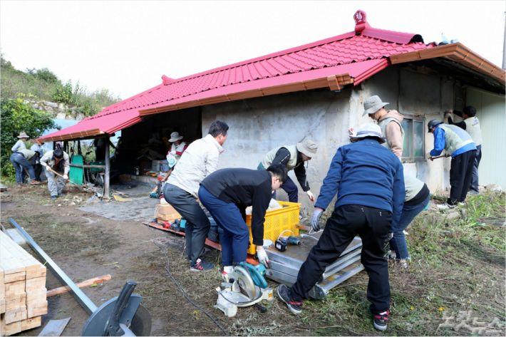 강원대 봉사단이 화천 사내면 노후 주택 집수리 봉사활동을 펼치고 있다.(사진=강원대 제공)