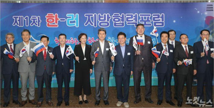'제1차 한-러 지방협력포럼' 추진상황 보고회 참석자들이 행사의 성공적인 개최를 다짐하고 있다(사진=포항시 제공)