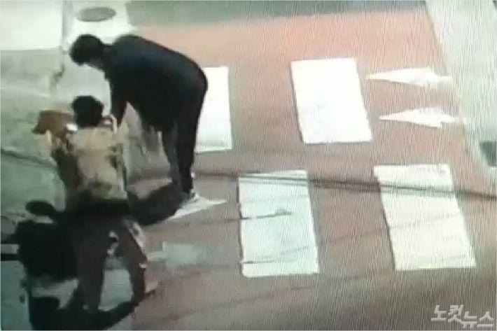 교통사고 직전 할머니를 도와주던 고 김선웅군 모습. <사진=제주지방경찰청 제공>