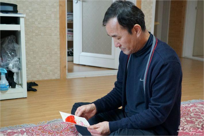 김형보씨가 고 김선웅군이 마지막으로 준 어버이날 편지를 읽고 있다. <사진=고상현 기자>