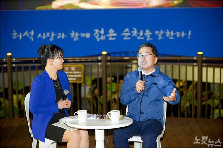 허석 순천시장(오른쪽)이 안효경 전남CBS 아나운서와 함께 조례호수공원에서 열린 광장토론회에 참여해 시민들의 질문에 답변하고 있다.(사진=순천시 제공)
