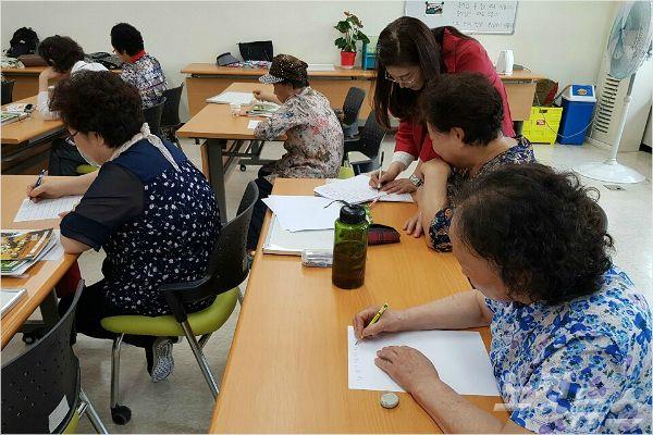 '시 쓰기' 프로그램에 참여하고있는 할머니들(사진=선우미애 시인 제공)