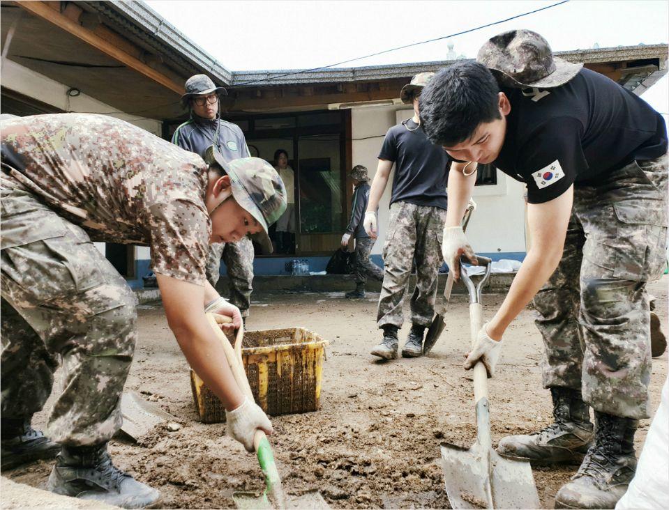 10일 육군 50사단은 태풍 콩레이로 큰 피해를 입은 영덕 일대에서 피해복구 작업을 벌였다. (사진=육군 50사단 제공)