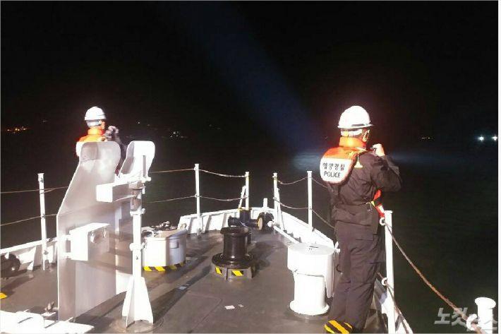 해경이 지난 11일 밤 완도 해상에서 발생한 어선 충돌 사고로 실종된 박모(71)씨를 찾는 수색 작업을 벌이고 있다(사진=완도 해양경찰서 제공)