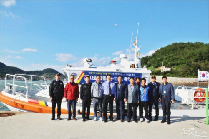 지역 주민과 해경 서장 등이 참석한 신형 연안 구조정 취역식(사진=여수해경)