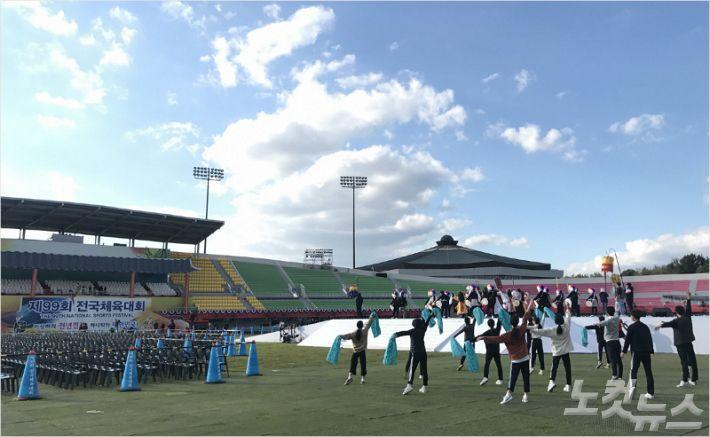 익산종합운동장에서 열린 제99회 전국체육대회 개회식 리허설에서 학생들이 안무 연습을 하고 있다(사진=광주시체육회 제공)