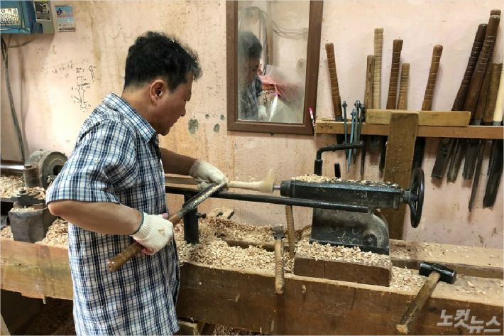 50여년간 로구로(나무를 둥굴게 깎는 기술)로 각종 다리를 만들어온 김정호 장인. (부산 CBS)