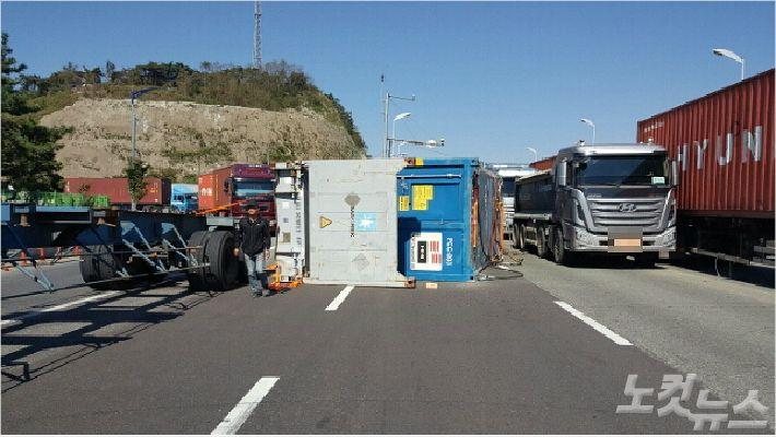 12일 부산에서 트레일러에 실린 화물이 추락하는 사고가 발생했다. (사진=부산경찰청 제공)