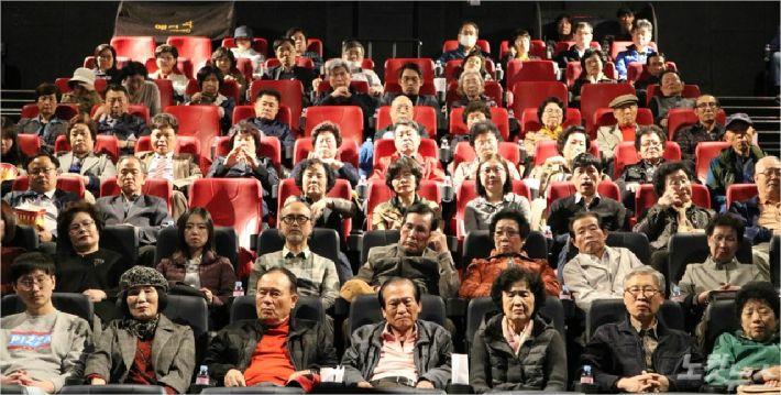 12일 오후 대전 CGV 탄방점에서 열린 영화 '바울'의 대전·세종·충남지역 첫 시사회 참석자들의 모습.