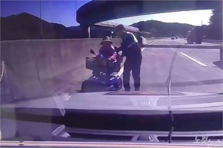 영락공원에 안치된 아들을 보러온 90대 할머니가 길을 착각해 전동휠체어를 탄채 고속도로를 역주행하다 현장에 출동한 경찰에 의해 무사히 구조됐다. (부산 CBS)