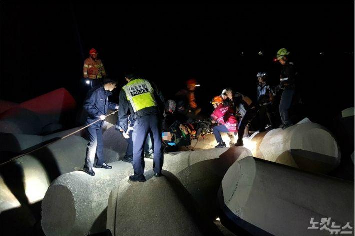지난 27일 오후 8시 15분쯤 삼척시 임원항에서 방파제 아래로 떨어진 최모(65.태백시)씨가 구급대원 등에 의해 구조됐다. (사진=동해해양경찰서 제공)