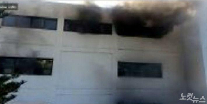 30일 오전 8시 14분쯤 강원 삼척시 교동 삼척시청 별관건물에서 발생한 화재로 4층에서 검은 연기가 나고 있다. (사진=강원소방본부 제공)