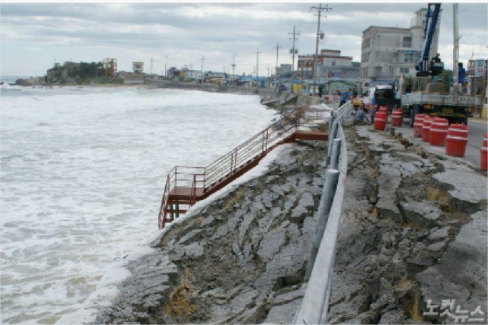 해안침식으로 붕괴된 도로. (사진=자료 사진)