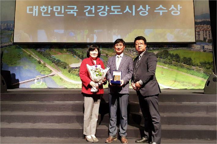 포항시 북구보건소가 대한민국 건강도시상을 수상하고 있다(사진=포항시 제공)