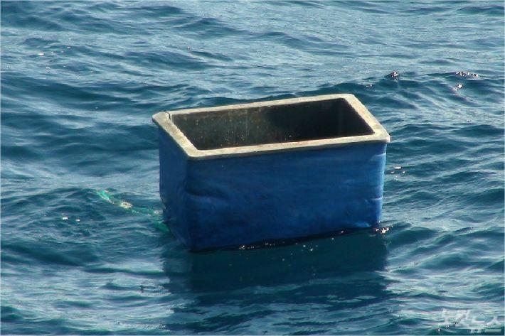 해경 수색 중에 발견된 아이스박스. (사진=서귀포해양경찰서 제공)