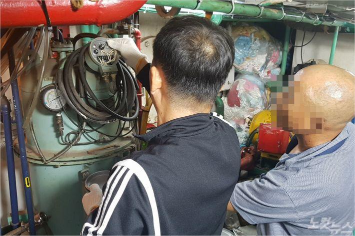 속초해경 직원이 해양오염관리법으로 적발된 K호 기관실을 확인하고 있다. (사진=속초해경 제공)