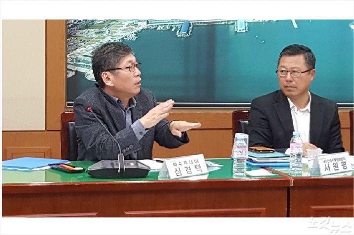 심경택 위원(왼쪽)이 의정비에 대해 설명하고 있다(사진=고영호 기자)