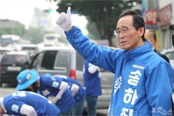 지난 6.13 전국동시지방선거 기간 당시 더불어민주당 후보로 나선 송하진 전북지사가 도민들에게 인사를 건네고 있다. (사진=김민성 기자)