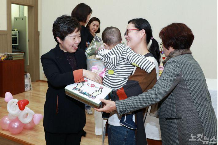 찾아가는 산부인과 4천번째 출생아 기념사진(경북도 제공)