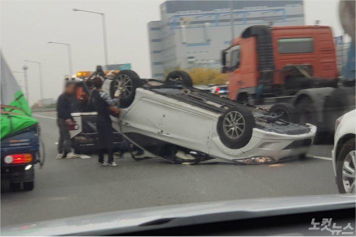 7일 남대구IC 인근에서 발생한 차량 전복 사고. (사진=독자 제공)