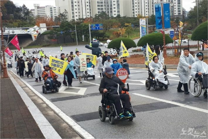 장애인과 봉사활동 80여 명은 7일 KTX강릉역에서부터 강릉시청까지 행진하는 퍼포먼스를 펼쳤다. (사진=유선희 기자)