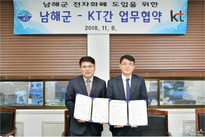 왼쪽 이상훈 남해부군수(사진=남해군 제공)