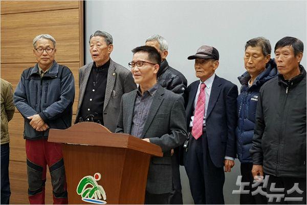 충북 보은군 쌍암리 주민들이 조속한 임도 설치를 촉구하고 있다. (사진=김종현 기자)