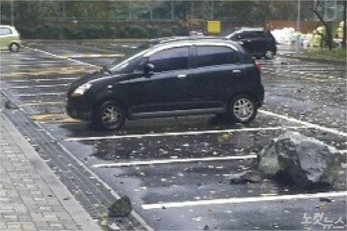 8일 오후 3시쯤, 폭우에 부산 사하구 당리동의 한 아파트 뒤편 옹벽에서 낙석이 발생해 바위와 돌이 낙석 방지망을 뚫고 아파트 주차장으로 떨어졌다.<사진=부산경찰청 제공>