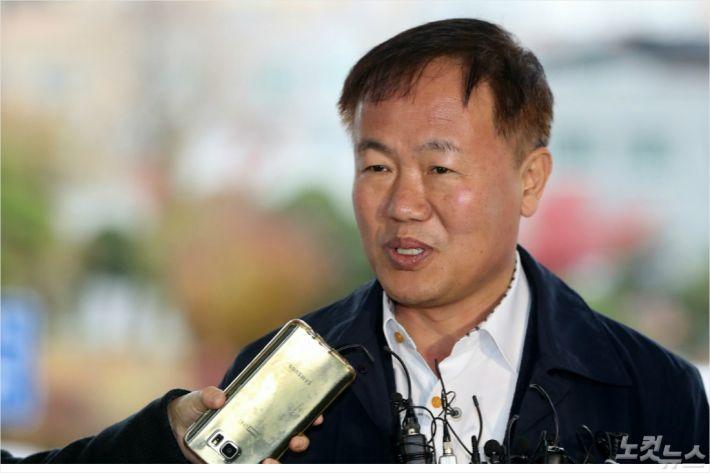 공직선거법 위반 혐의를 받고 있는 이재수 춘천시장이 9일 오전 춘천지검에 출석했다. 검찰 조사에 앞서 기자들의 질문에 답하고 있는 이재수 춘천시장.