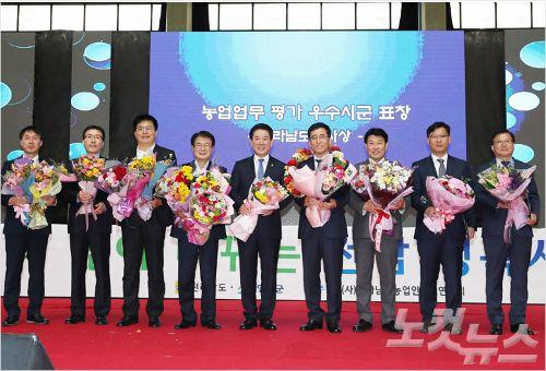 김영록 전남지사가 9일 농업인의 날 행사에서 농업 발전에 기여한 농민 시상 뒤 시상자들과 기념사진을 찍고 있다. (사진=전남 도청 제공)