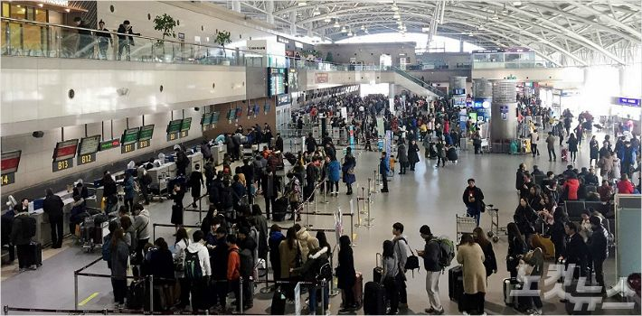 이용객으로 붐비는 김해공항 출국장 (사진=부산CBS 송호재 기자)