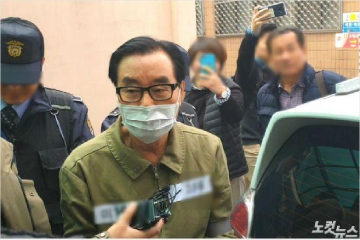 9일 오전 11시쯤 최규호 전 전북교육감이 구속 전 피의자 심문을 받기 위해 전주지법으로 향하고 있다. (사진=김민성 기자)