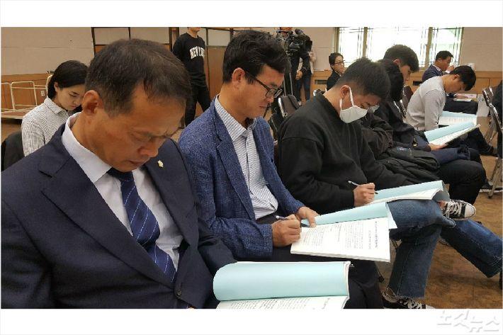 송하진 여수시의원과 김태성 전남시민사회단체연대회의 사무국장(왼쪽부터)이 토론회 자료를 살펴보고 있다(사진=고영호 기자)