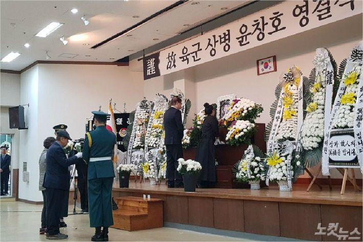 윤창호씨 유가족이 윤씨의 영정사진에 헌화하고 있다. (사진=부산CBS 박중석 기자)
