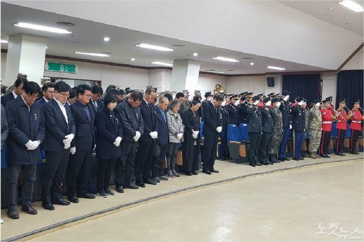 참석자들이 묵념하고 있다. (사진=부산CBS 박중석 기자)