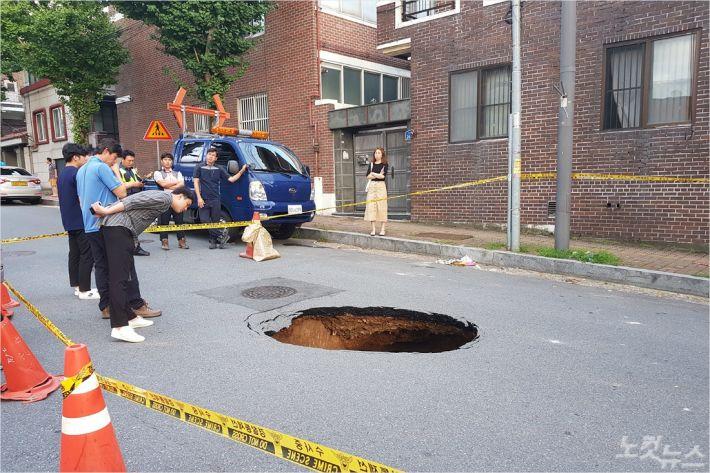 지난 8월 30일 광주시 남구 한 도로에 발생한 지름 2m 크기의 싱크홀(사진=광주시 남구청 제공)