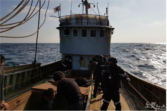 지난 9일 전남 신안군 홍도 서쪽 해상에서 조업일지에 어획량을 축소 기재한 중국 어선이 목포 해경의 단속에 적발됐다(사진=목포 해양경찰서 제공)