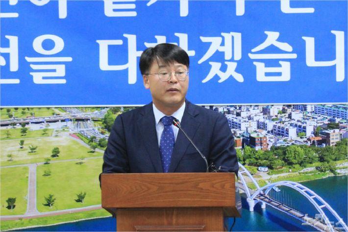 김진규 울산 남구청장이 지난 10월 18일 남구청 프레스센터에서 선거법 위반 혐의와 관련해 기자회견을 갖고 있다. (사진=이상록 기자)