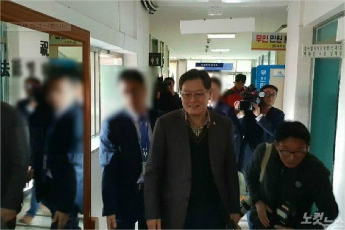 공직선거법을 위반한 혐의를 받는 이경일 강원 고성군수가 28일 오전 춘천지검 속초지청에 두 번째 출석했다. (사진=전영래 기자)