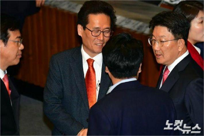 자유한국당 권성동 의원(우측). (사진=윤창원 기자)