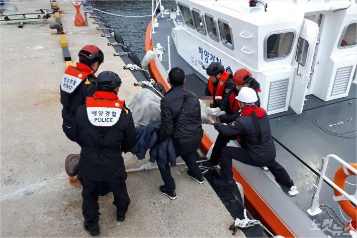 중국어선 선원 왕모(40)씨를 구조하고 있는 모습. (사진=동해해양경찰서)