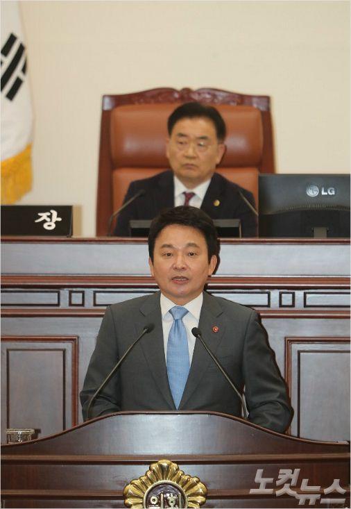 제주도의회에 출석한 원희룡 제주지사. (자료사진)