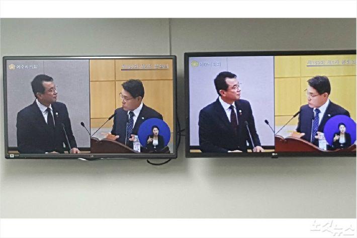 강재헌 의원(왼쪽)과 권오봉 시장이 시정질문을 주고 받고 있다(사진=고영호 기자)