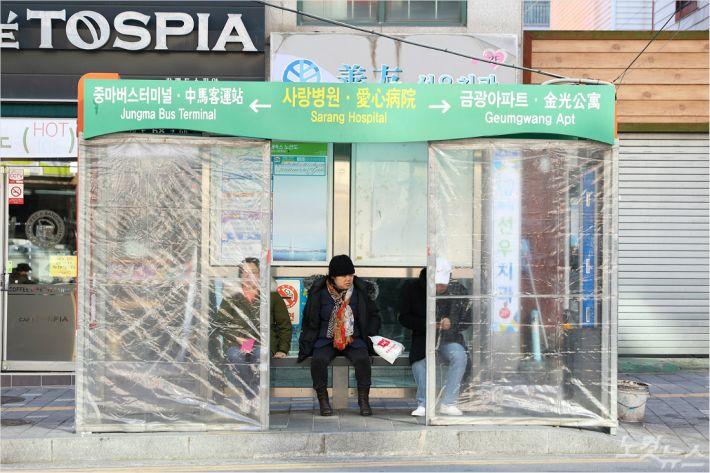 광양시가 전체 시내버스 승강장에 비닐 보온막 설치를 완료했다.(사진=광양시 제공)